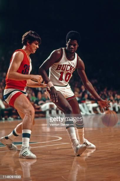 Bob Dandridge of the Milwaukee Bucks handles the ball against the Capital Bullets on February 8, 1974 at the Milwaukee Arena in Milwaukee, Wisconsin....