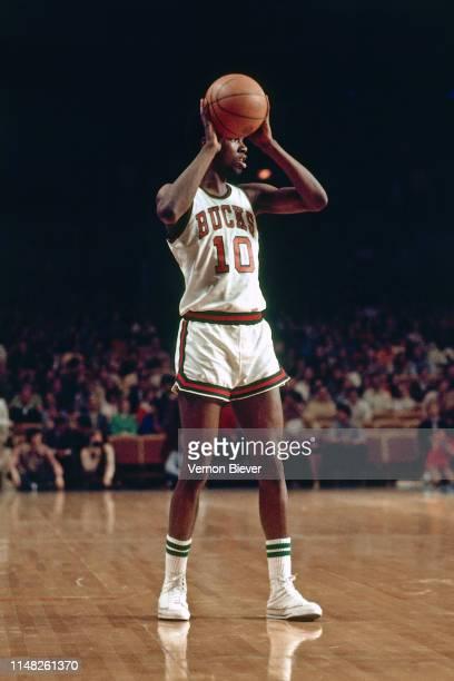 Bob Dandridge of the Milwaukee Bucks looks to pass circa 1971 at Milwaukee Arena in Milwaukee, Wisconsin. NOTE TO USER: User expressly acknowledges...