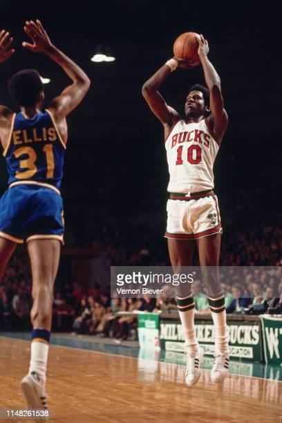 Bob Dandridge of the Milwaukee Bucks shoots the ball against the Golden State Warriors on March 7, 1974 at the Milwaukee Arena in Milwaukee,...