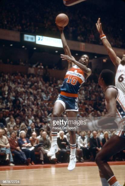 Bob Dandridge of the Washington Bullets shoots against the Philadelphia 76ers during an NBA basketball game circa 1977 at The Spectrum in...