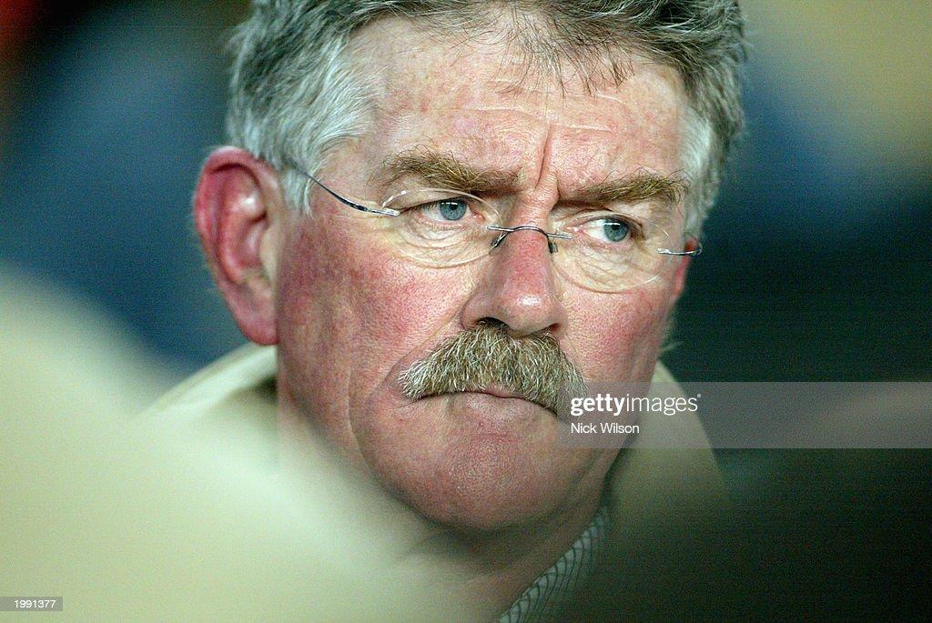 Bob Dwyer, coach of the Waratahs looks on : News Photo