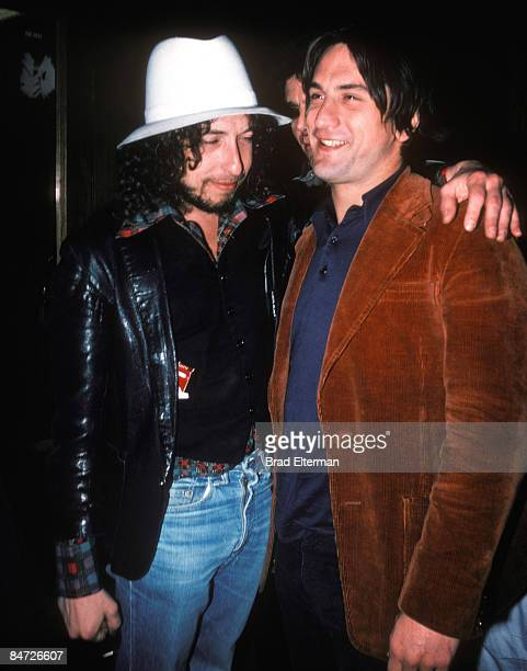 LOS ANGELES AUGUST 18 1976 Bob Dylan and Robert DeNiro backstage at a Ronee Blakley concert at The Roxy e August 18 1976 in Los Angeles California...