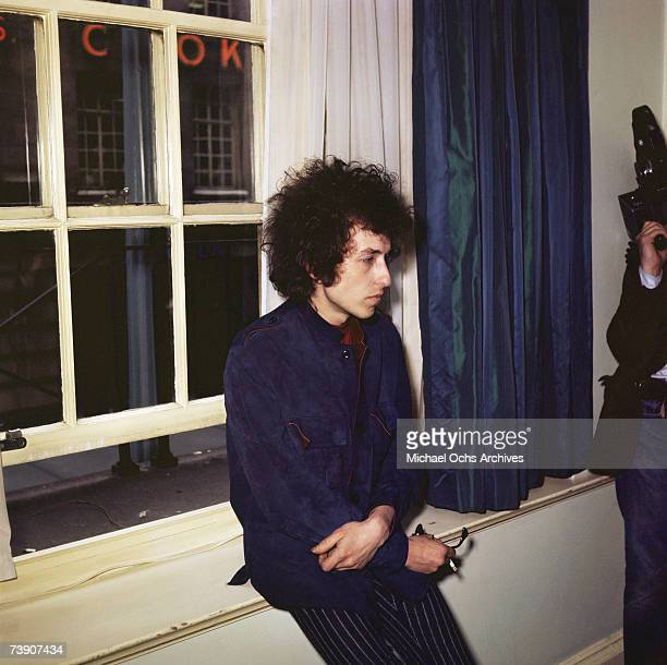 Bob Dylan hanging out in London England in 1965