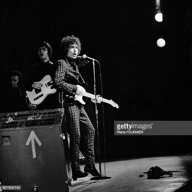Bob Dylan Performs Live at Olympia