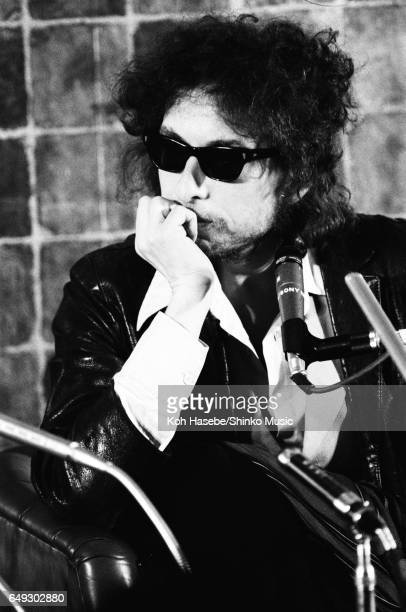 Bob Dylan with sunglasses at press conference on his first visit to Japan February 1978