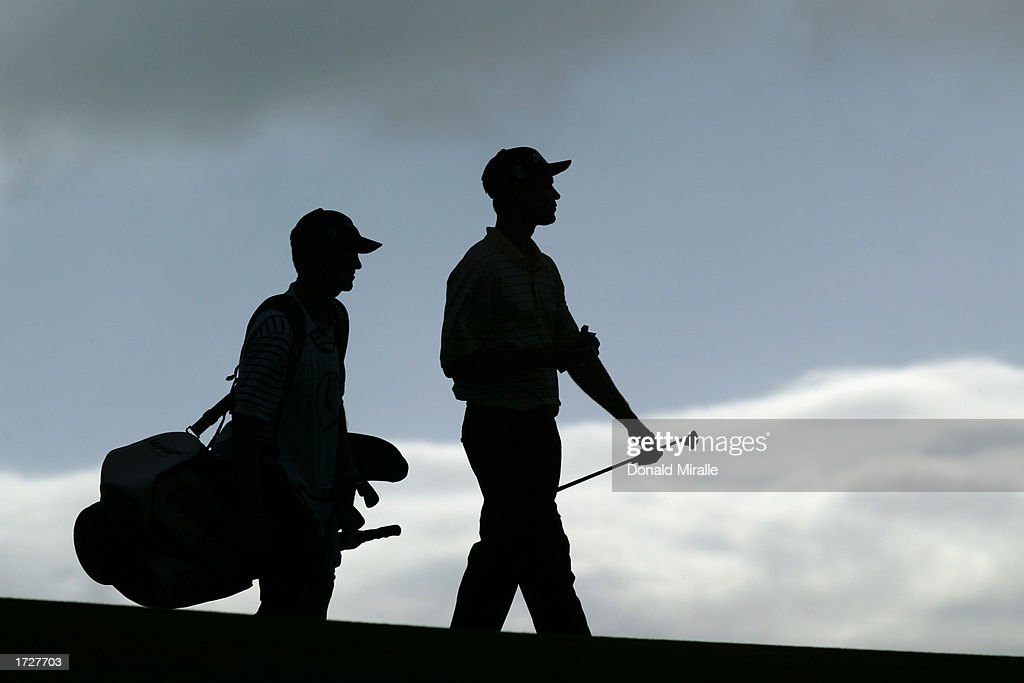 Bob Estes walks with caddie : Stock Photo