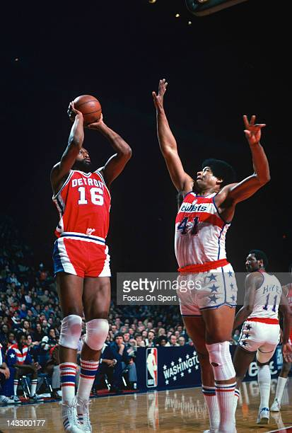 Bob Lanier of the Detroit Pistons shoots over Wes Unseld of the Washington Bullets during an NBA basketball game circa 1977 at the Capital Centre in...