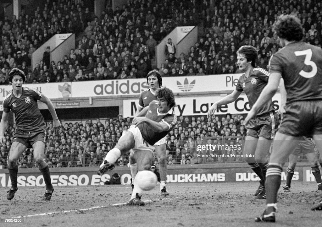 Football, Goodison Park, 3rd March, 1979, Everton v Queens park Rangers, Everton's Bob Latchford manages to get in a shot at goal despite a crowd of QPR players around him in the penalty area : News Photo