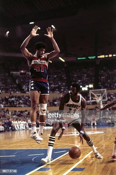 Bob McAdoo of the Buffalo Braves makes a move to the basket against Wes Unseld of the Washington Bullets during a game played in 1975 at the Buffalo...