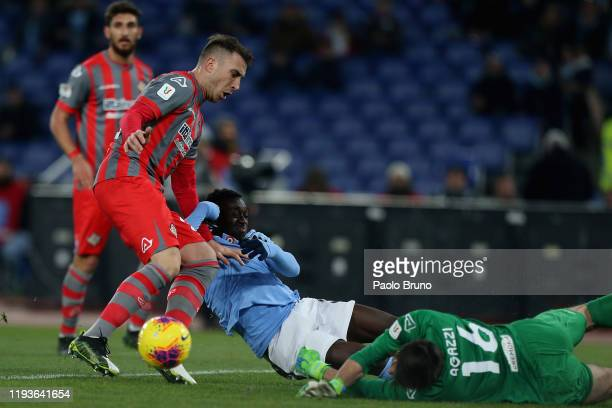 Bobby Adekayne of SS Lazio competes for the ball with US Cremonese goalkeeper Michael Agazzi and his teammate Emanuele Terranova during the Coppa...