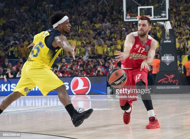 Bobby Dixon #35 of Fenerbahce Istanbul competes with Vangelis Mantzaris #17 of Olympiacos Piraeus during the Championship Game 2017 Turkish Airlines...