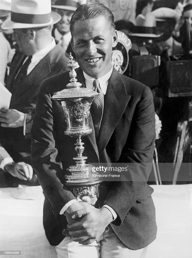 Bobby Jones Winning Golf National Amateur Cup Trophy. November 1930.  : Fotografia de notícias