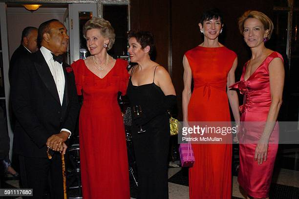 Bobby Short Dina Merrill Christine Andrews Amy Fine Collins and Diana Quasha attend The 30th Anniversary New Yorker for New York Awards at The...