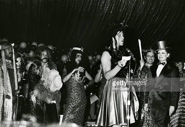 Bobby Short Vincent Sardi Alice Cooper Tony Roberts and actress Alexis Smith attend Golden Days of Burlesque Benefit for Phoenix House on June 4 1973...