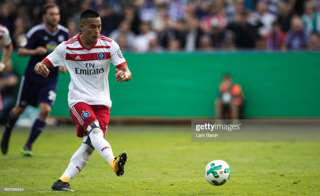 Bobby Wood of Hamburg scores his teams first goal during the DFB Cup match between VfL Osnabrueck and Hamburger SV at Osnatel Arena on August 13, 2017 in Osnabrueck, Germany.