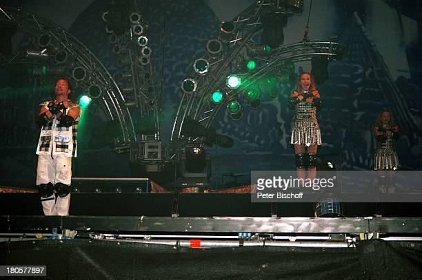 Bobo , Ehefrau Nancy , Crailsheim/Baden-Württemberg, Open-Air-Konzert, Auftritt, Bühne, Mikrofon, Kostüm, Mikrophon, Protektoren, Knieschützer,...