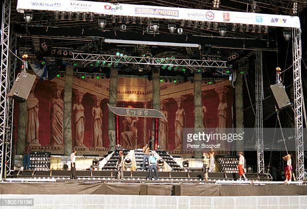Bobo , Ehefrau Nancy Rentzsch , Crailsheim/Baden-Württemberg, Bühne, Auftritt, Mikrofon, Sonnenbrille, Kulisse, Mikrophon, Frau,