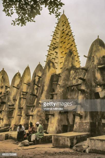 bobo-dioulasso mosque (burkina faso) - áfrica del oeste stock pictures, royalty-free photos & images