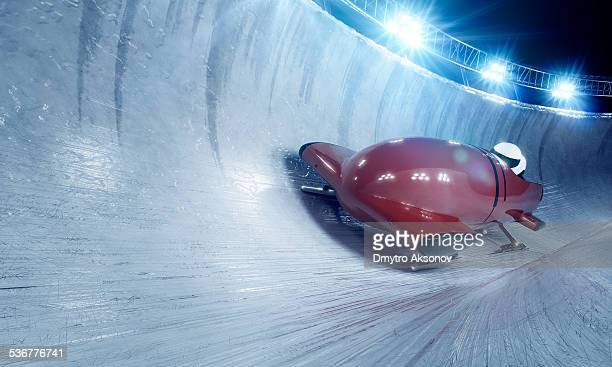 bobsleigh team bei nacht - wintersport stock-fotos und bilder