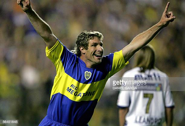 Boca Juniors's Martin Palermo celebrates after scoring the first goal against Pumas UNAM from Mexico 18 December 2005 during their Sudamericana Cup...