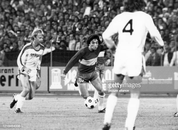 BocaStürmer Carlos Salinas dribbelt durch die Mönchengladbacher Abwehrreihe Die Boca Juniors Buenos Aires gewinnen am 181978 im Karlsruher...