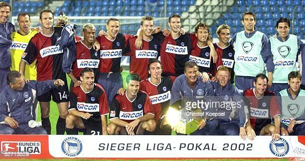 FINALE 2002 Bochum HERTHA BSC BERLIN FC SCHALKE 04 41 SIEGEREHRUNG TEAM HERTHA BSC BERLIN mit DFB LIGA POKAL SCHALE
