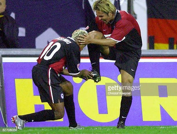 FINALE 2002 Bochum HERTHA BSC BERLIN FC SCHALKE 04 MARCELINHO kuesst Alex ALVES/HERTHA nach dem Tor zum 20 die Schuhe