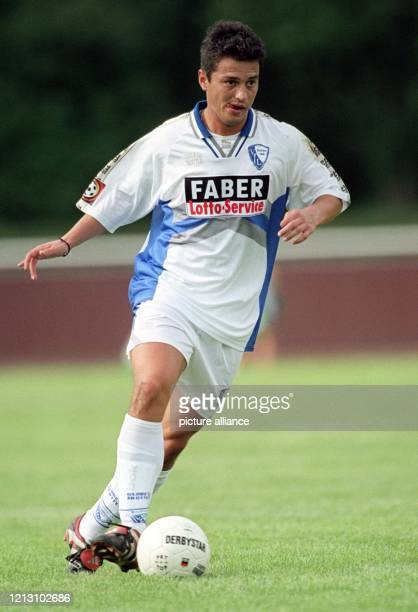 Bochums neuer kroatischer Stürmer Ante Covic führt den Ball am 16.7.2000 im Fußball-Freundschaftsspiel bei DJK GW Selm. Der Fußball-Bundesligist VfL...