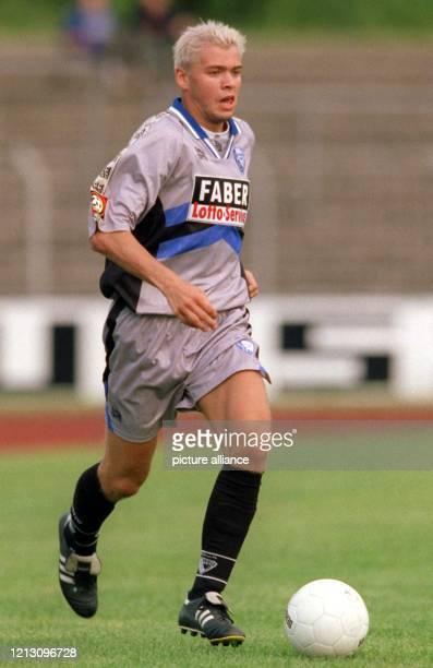 Bochums neuer Mittelfeldspieler Mike Rietpietsch führt den Ball am 15.7.1999 im Stadion von Lüdenscheid, wo der Fußball-Bundesliga-Absteigers VfL...