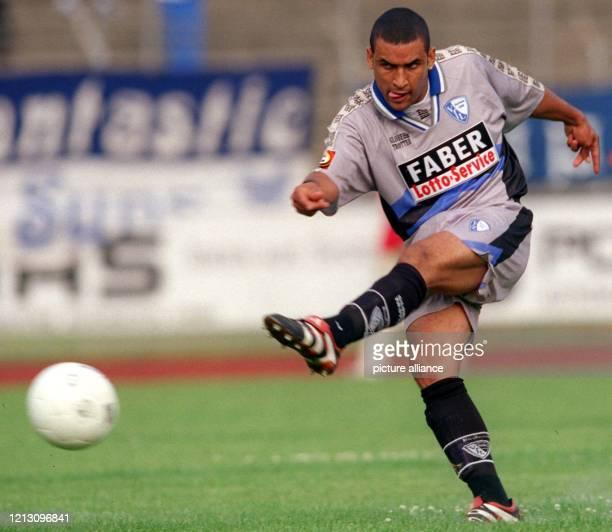 Bochums südafrikanischer Stürmer Delron Buckley schießt wuchtig ab am 15.7.1999 im Stadion von Lüdenscheid, wo der Fußball-Bundesliga-Absteiger VfL...