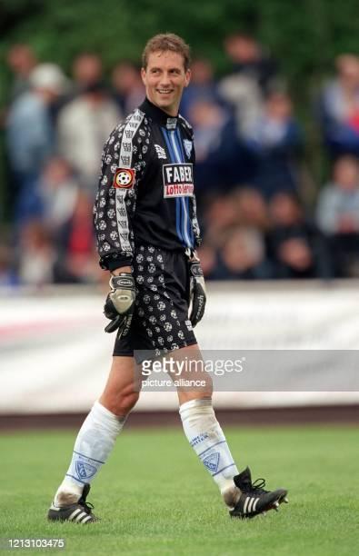 Bochums Torhüter Rein van Duijnhoven scheint Spaß zu haben am 16.7.2000 beim Fußball-Freundschaftsspiel bei DJK GW Selm. Der Fußball-Bundesligist VfL...