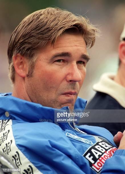 Bochums Trainer Ralf Zumdick verfolgt die Aktionen seiner Mannschaft am 16.7.2000 beim Fußball-Freundschaftsspiel bei DJK GW Selm. Der...