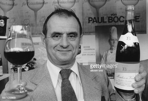 Bocuse Paul Koch Autor Frankreich Portrait mit Weinflasche und glas 1978
