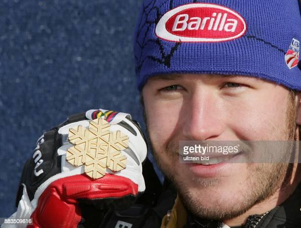 Bode Miller Skifahrer USA praesentiert seine Goldmedaille im SuperG bei der SkiWM in Bormio