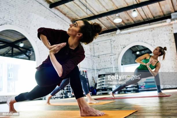 body-balance-klasse - verdreht stock-fotos und bilder