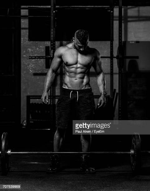 body builder at gym - aikāne stock pictures, royalty-free photos & images