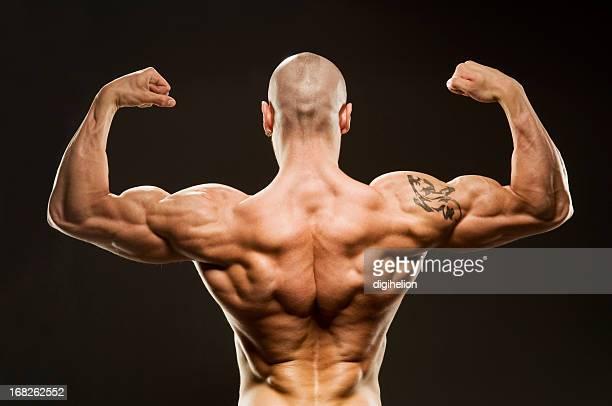 Culturiste posant avec Biceps-dos