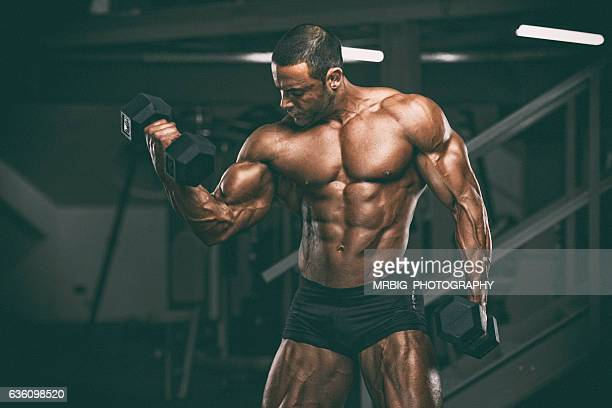 body building in progress - bodybuilding stockfoto's en -beelden