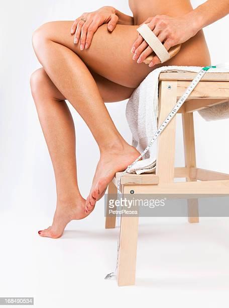 Cuidado del cuerpo. Cellulite masaje con Cepillo para madera y cintura medición de