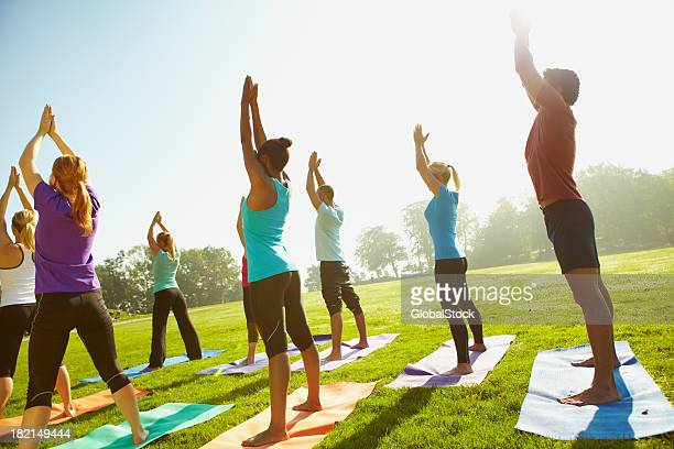 body, mind and soul - yoga stockfoto's en -beelden