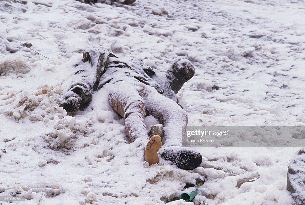 Dead Barefoot Iraqi Soldier : News Photo