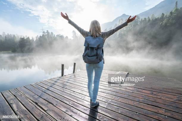 körper positive mädchen genießen freiheit in der natur - körperbewusstsein stock-fotos und bilder
