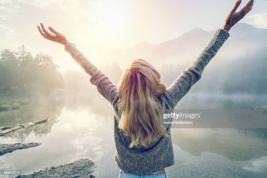 Körper positive Mädchen genießen Freiheit in der Natur : Stock-Foto
