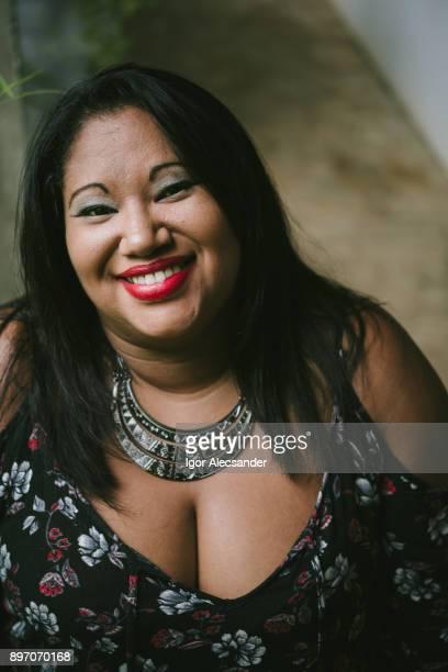 mujer latina positiva de cuerpo - senos grandes fotografías e imágenes de stock