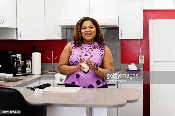 """body positive woman putting on homemade hand cream. - """"martine doucet"""" or martinedoucet stock pictures, royalty-free photos & images"""
