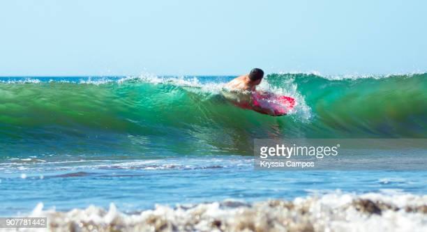 bodyboarder riding a wave - parque nacional de santa rosa fotografías e imágenes de stock