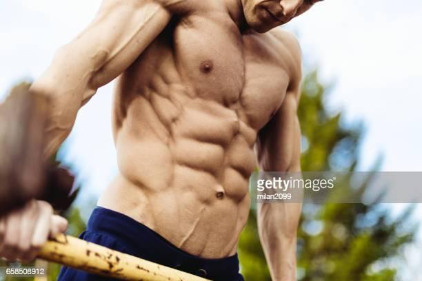 faire des trempettes de bodybuilder - forte poitrine photos et images de collection