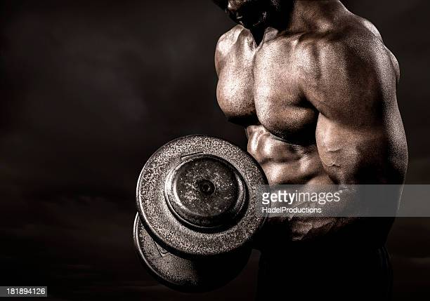 bodybuilder performing power lift curl - bodybuilding stockfoto's en -beelden