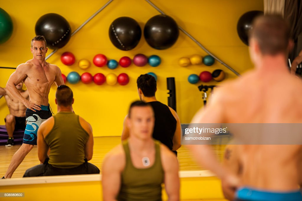 Bodybuilder train posing before the competition : Stock Photo