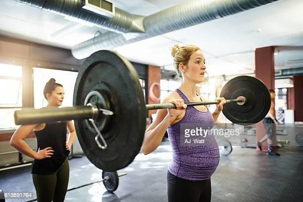 bodybuilding und baby-beulen - sportlerin stock-fotos und bilder